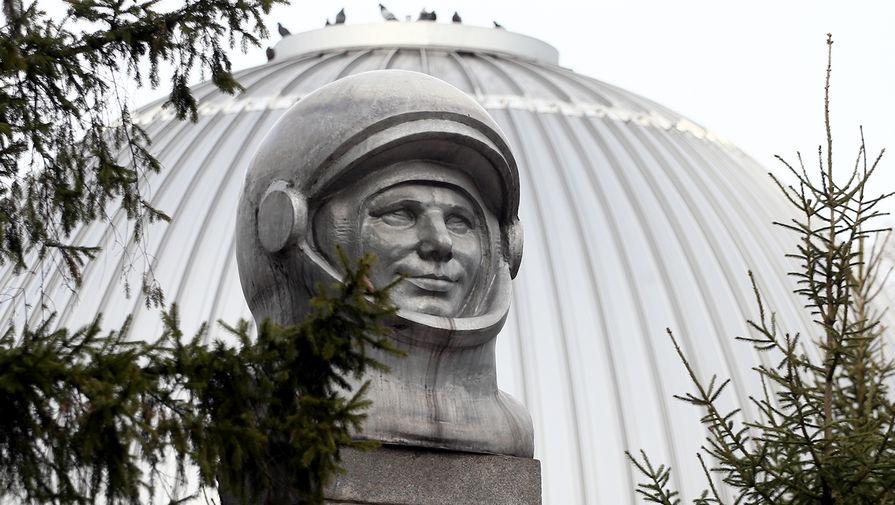 Бюст космонавта Юрия Гагарина скульптора Виктора Дудника в парке им. Ю.А. Гагарина в Новокузнецке