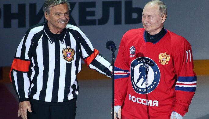 Президент России Владимир Путин и президент Международной федерации хоккея Рене Фазель перед началом товарищеского гала-матча Ночной хоккейной лиги в Большом ледовом дворце, 10 мая 2021 года