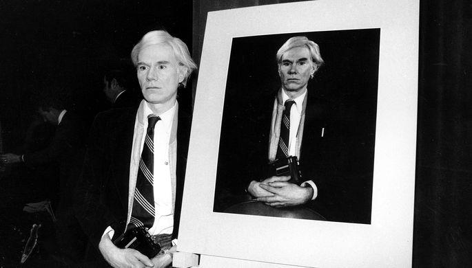 31 января 1978 года. Энди Уорхол стоит рядом со своей фотографией, сделанной на камеру Polaroid
