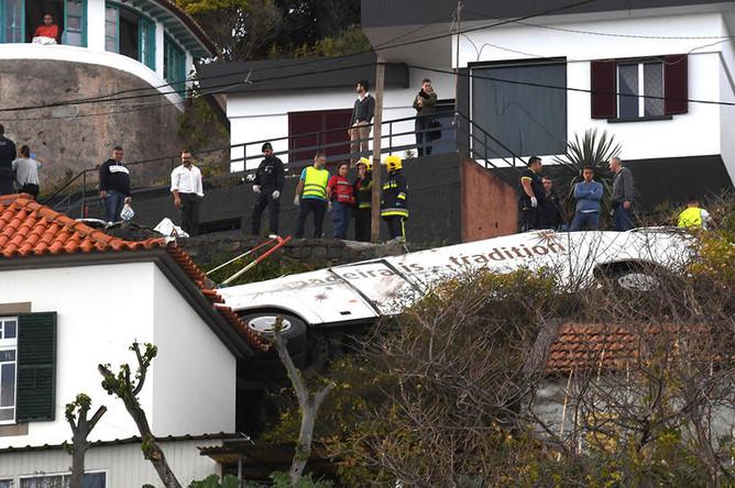 Экстренные службы на месте аварии с участием автобуса в муниципалитете Санта-Круш на португальском острове Мадейра, 17 апреля 2019 года