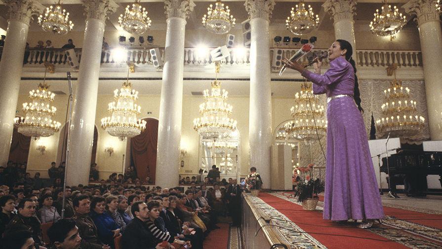 Валентина Толкунова, выступающая перед участниками слета солдатских матерей в Колонном зале Дома союзов, 1989 год
