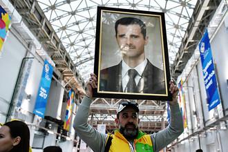 Портрет президента Сирии Башара Асада во время фестиваля молодежи в Сочи, октябрь 2017 года