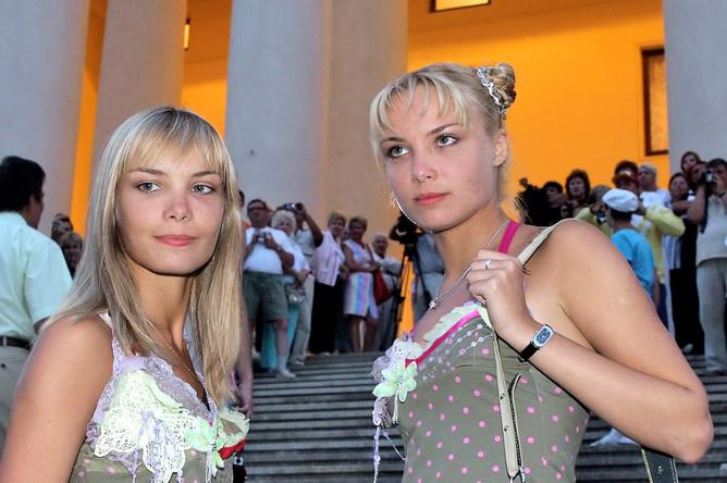 Сестры Татьяна (слева) и Ольга Арнтгольц на кинофестивале в Сочи, 2005 год