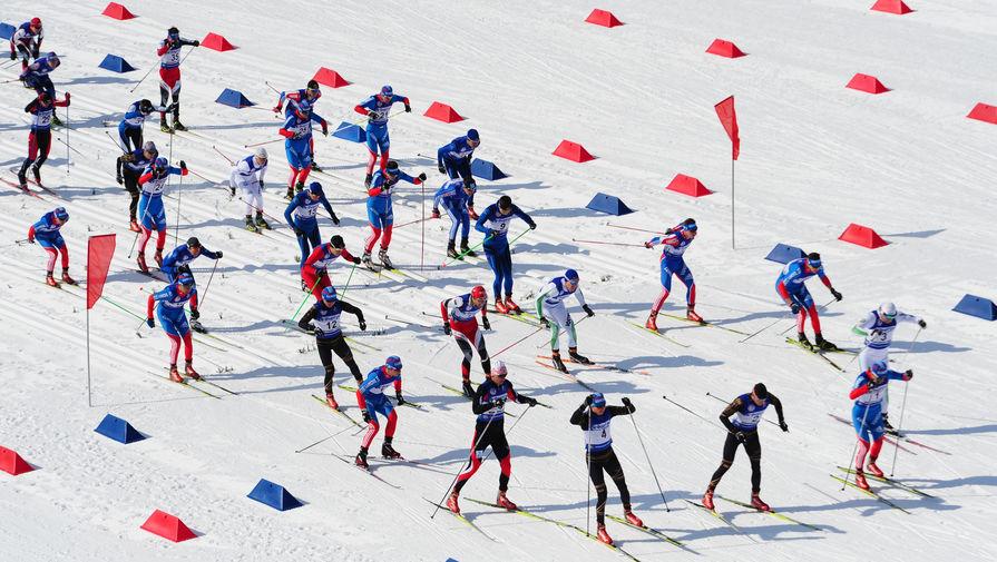 Спортсмены в лыжной гонке