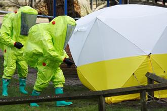 Специалисты в защитных костюмах у тента, закрывающего лавку, на который были обнаружены Сергей Скрипаль и его дочь Юлия 8 марта 2018 года