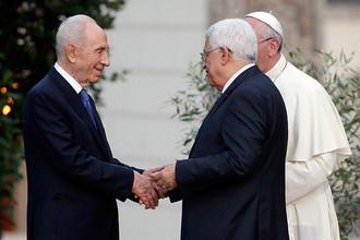 Шимон Перес пожимает руку Махмуду Аббасу после молитвенного собрания в Ватикане