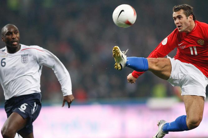 Сол Кэмпбелл (Англия) и Александр Кержаков (Россия) во время футбольного матча между сборными России и Англии, октябрь 2007 года