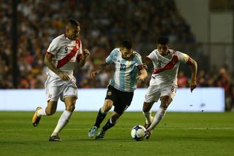 Лионель Месси (с мячом) в матче против сборной Перу