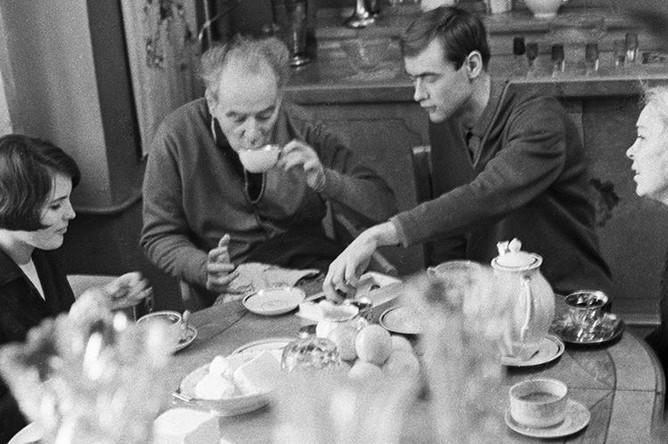 Академик Лев Давыдович Ландау завтракает в кругу семьи