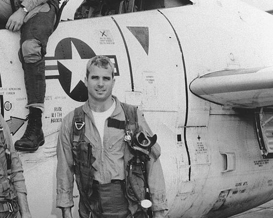 В молодости Маккейн был военным летчиком