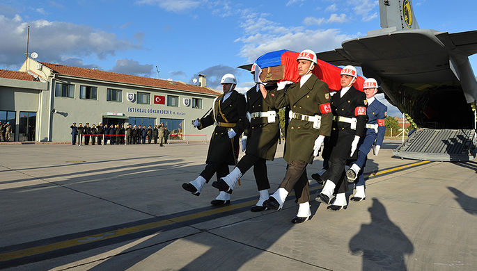 Официальная церемония передачи тела российского летчика Су-24 Олега Пешкова в аэропорту Эсенбога в Анкаре, 29 ноября 2015 года