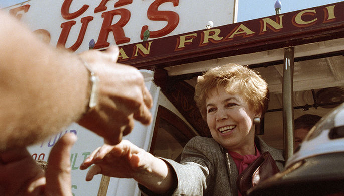 Раиса Горбачева проезжает по улицам Сан-Франциско в городском трамвае во время официального визита в США, 1990 год