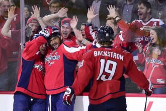 Александр Овечкин (в центре) стал первым в клубной истории «Вашингтона» и четвертым российским хоккеистом в НХЛ, набравшим в регулярных чемпионатах 1000 баллов