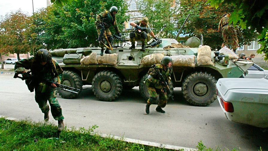 Силы спецопераций около школы №1 в Беслане, Северная Осетия, 3 сентября 2004 года