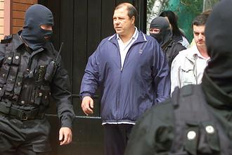 Бизнесмен Сергей Михайлов (в центре) во время обыска на его даче, 2002 год