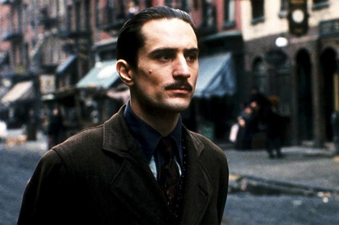 <b>Роберт Де Ниро — 19 ролей злодеев</b> (кадр из фильма «Крёстный отец 2» (1974))