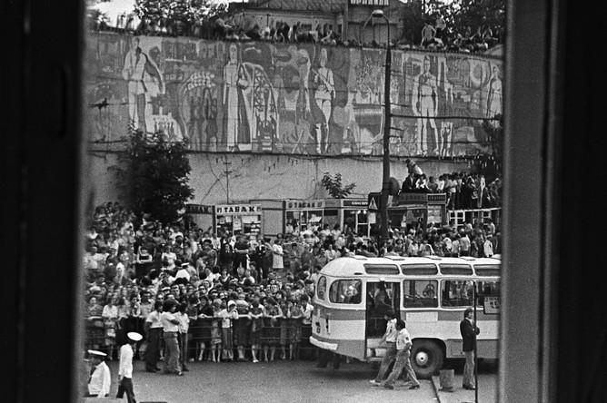 У здания Театра на Таганке в день прощания с Владимиром Высоцким, 28 июля 1980