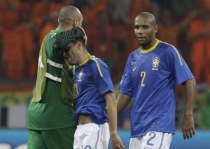 Майкон (№2) и его партнеры по сборной Бразилии после поражения в 1/4 финала ЧМ от голландцев