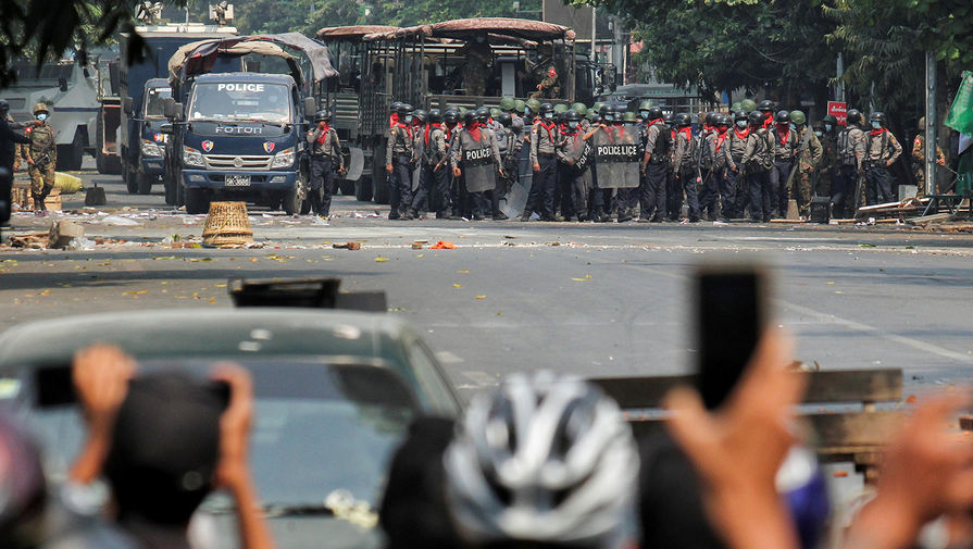 Полицейские во время акции протеста в Мандалае, 3 марта 2021 года