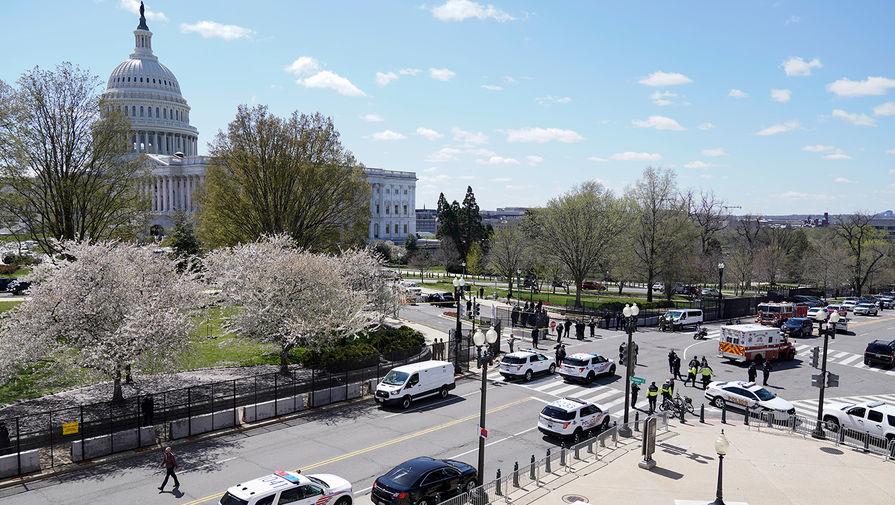 Сотрудники полиции на месте инцидента около Капитолия в Вашингтоне, 2 апреля 2021 года