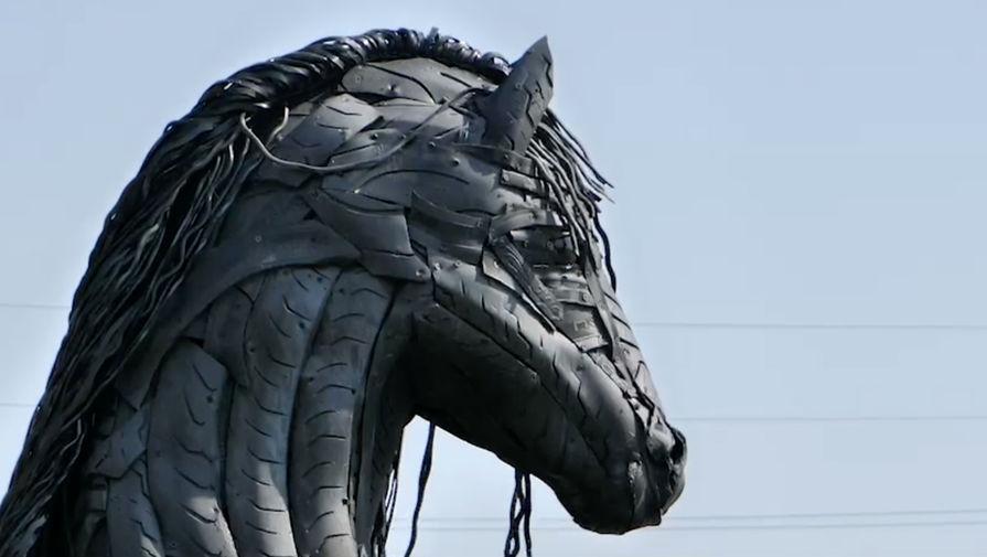 Мужчина в Челябинской области сделал скульптуру коня из покрышек