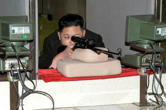 Лидер Северной Кореи Ким Чен Ын стреляет из винтовки на заводе спортивных винтовок в Пхеньяне