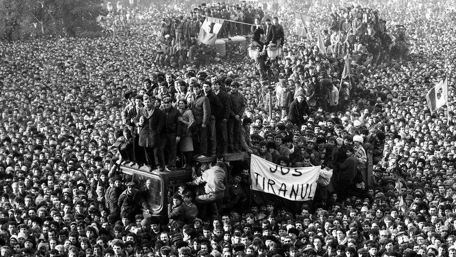 Демонстранты перед штаб-квартирой Румынской компартии в Бухаресте во время антикоммунистической революции 1989 года