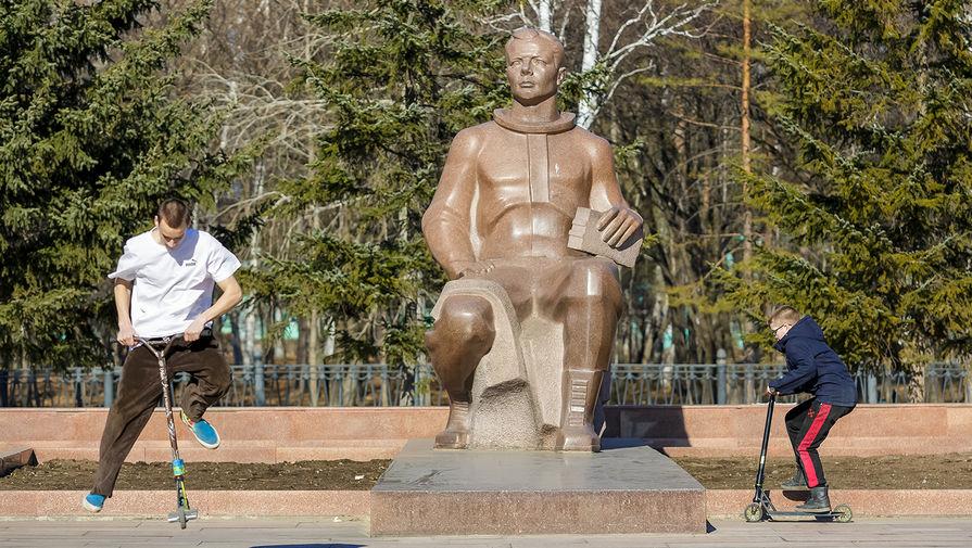 Памятник космонавту Юрию Гагарину скульптора Р. Х. Мурадяна на площади имени Ю.А. Гагарина в Комсомольске-на-Амуре