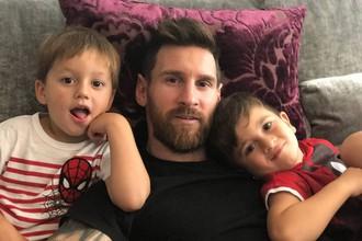 Лионель Месси с двумя старшими сыновьями