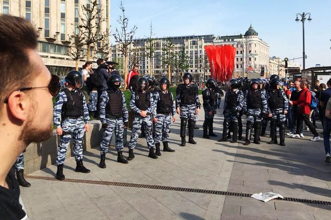 Полицейское оцепление во время несогласованной акции сторонников оппозиционного политика Алексея Навального в центре Москвы, 5 мая 2018 года