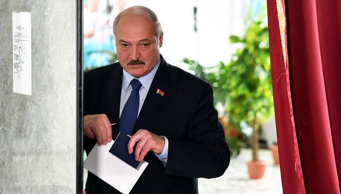 Президент Белоруссии Александр Лукашенко на избирательном участке в день выборов, 9 августа 2020 года