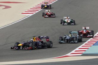 Себастьян Феттель (на переднем плане) выиграл Гран-при Бахрейна