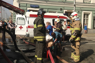 Сотрудники пожарной службы МЧС в центре Москвы