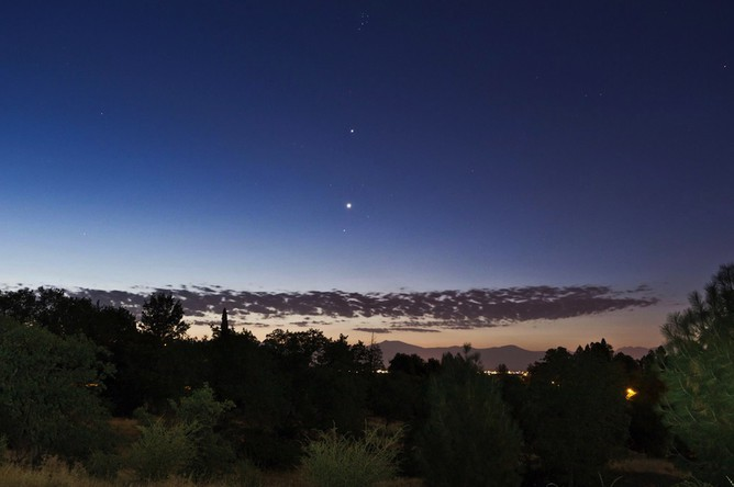 Оптическая иллюзия заставляет считать Венеру (нижняя точка) больше по размерам, чем Юпитер (верхняя точка)