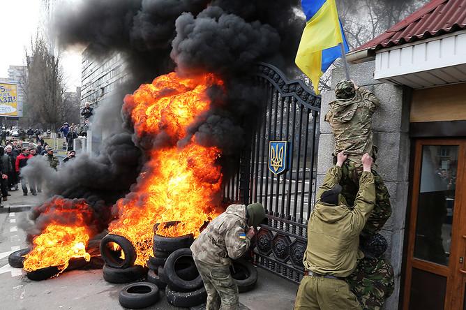 Участники акции протеста бойцов батальона «Айдар» и их сторонники жгут автомобильные покрышки у здания министерства обороны Украины в Киеве