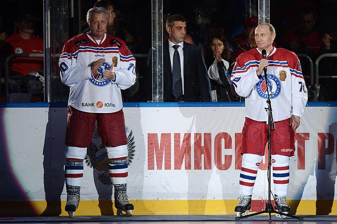 Президент клуба «Легенды хоккея» Александр Якушев и президент РФ Владимир Путин во время гала-матча Ночной хоккейной лиги в ледовом дворце «Большой»