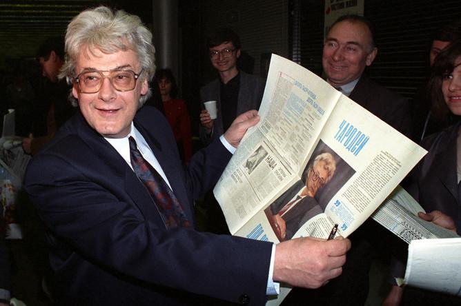 Аллан Чумак с «заряженной» газетой на благотворительном балу прессы, 1992 год