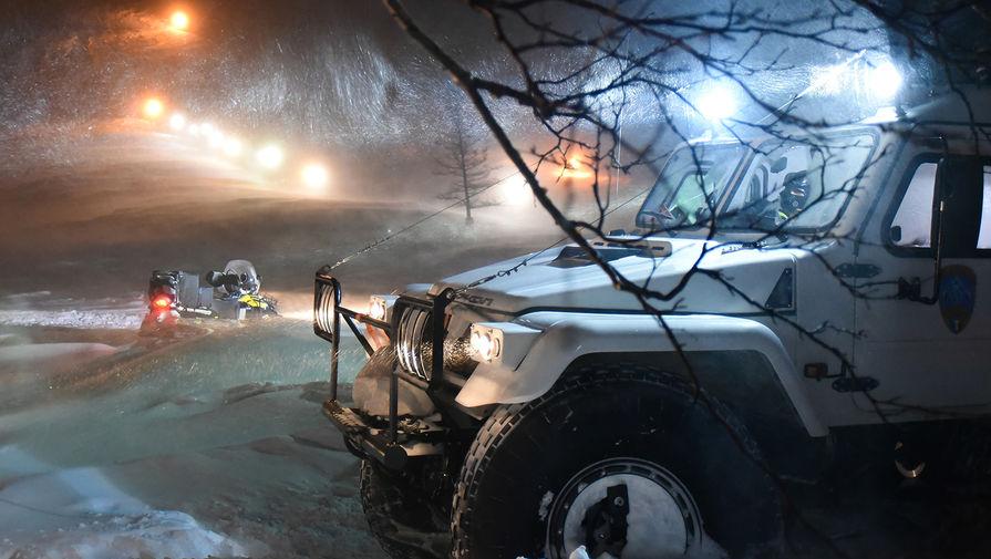 Спецтехника на месте поисково-спасательных работ после схода лавины на горнолыжный комплекс «Гора Отдельная» в Норильске, 9 января 2021 года
