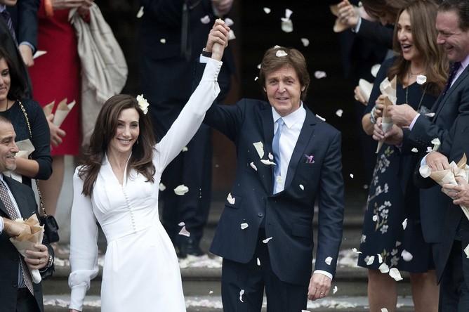 В 2011 году 69-летний Пол Маккартни женился в третий раз на 51-летней американской предпринимательнице Нэнси Шевелл