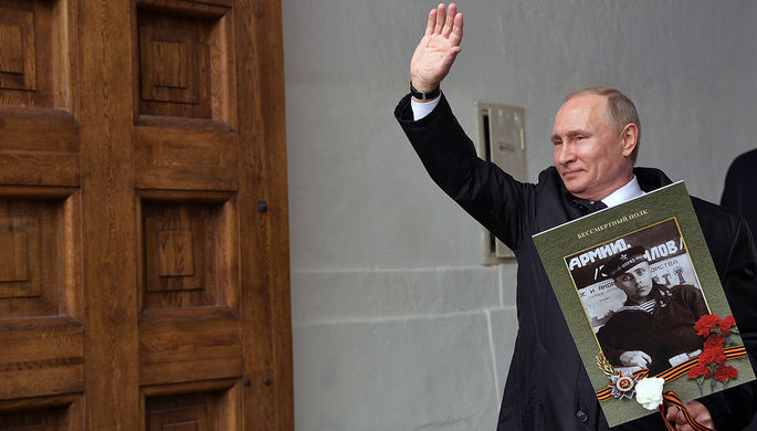 Владимир Путин с портретом своего отца-фронтовика Владимира Спиридоновича после участия в шествии...