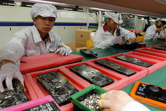 Рабочие на заводе Foxconn в Китае