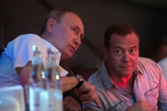 Президент России Владимир Путин с Дмитрием Медведевым на турнире по самбо