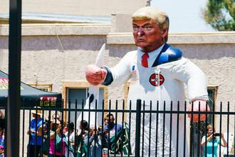 Участники демонстрации против миграционной политики президента США Дональда Трампа в Финиксе, штат Аризона, июнь 2018 года