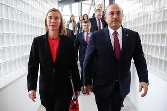 Глава европейской дипломатии Федерика Могерини и глава МИД Турции Мевлют Чавушоглу после встречи в Анкаре, 22 ноября 2018 года