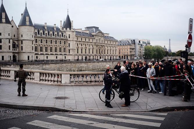 Оцепление возле здания управления полиции Парижа, 3 октября 2019 года