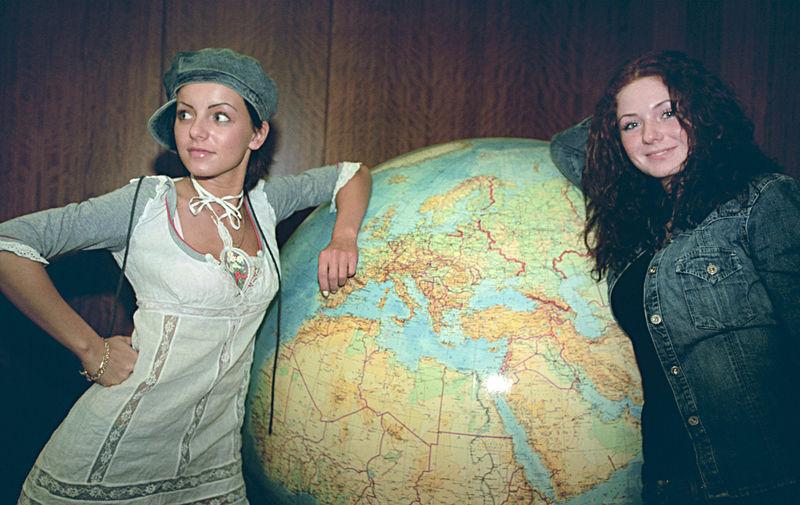 Участницы группы «Тату» Юлия Волкова и Елена Катина на пресс-конференции перед поездкой на «Евровидение», 2003 год