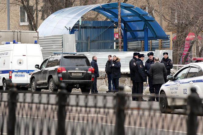 Сотрудники полиции на месте задержания няни, подозреваемой в жестоком убийстве 4-летнего ребенка, в районе метро «Октябрьское Поле»