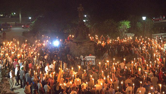 Националисты с факелами около статуи Томасу Джефферсону в кампусе университета Вирджинии накануне...