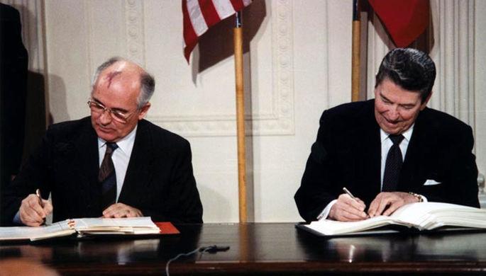 1987 год. Генеральный секретарь ЦК КПСС Михаил Горбачев и президент США Рональд Рейган подписывают в...