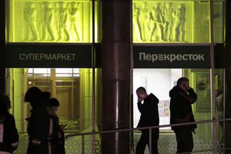 Сотрудники оперативных служб около входа в супермаркет в Санкт-Петербурге после взрыва, 27 декабря 2017 года